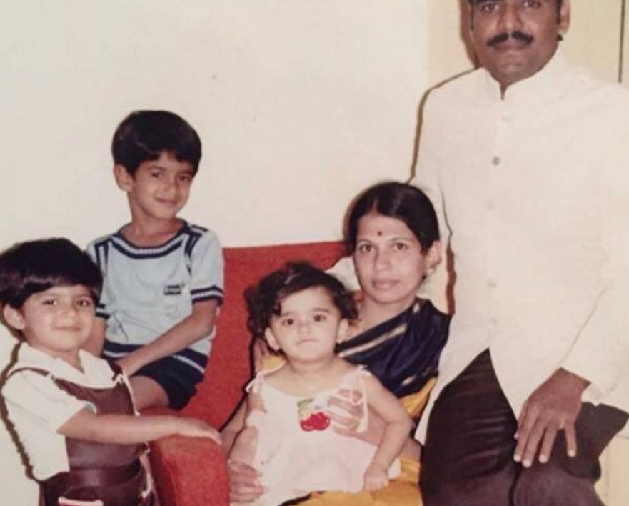 Anushka-shetty-with-family-in-childhood