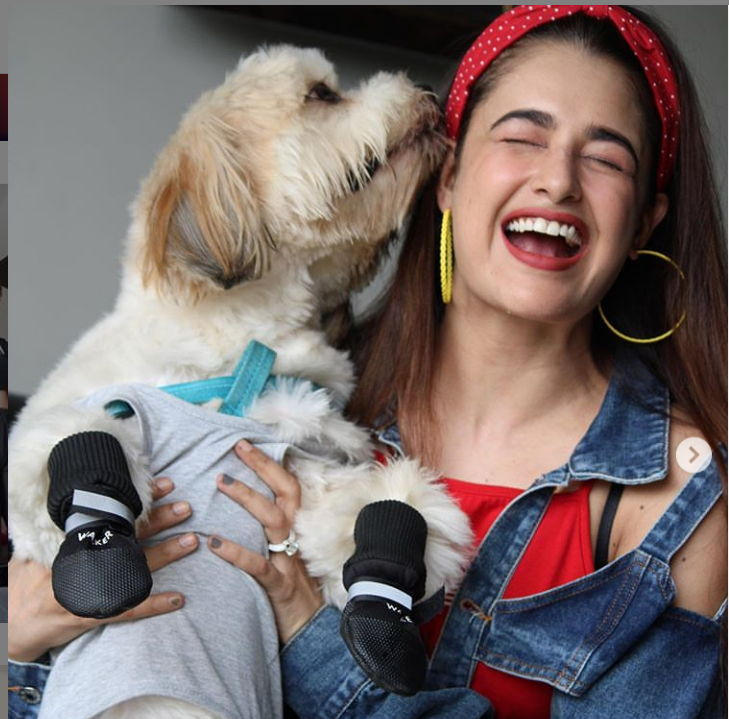 Yuvika-Chaudhary-with-dog