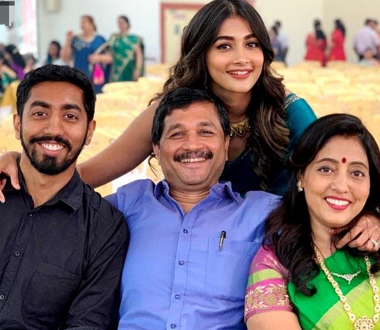 Pooja-Hegde-with-family
