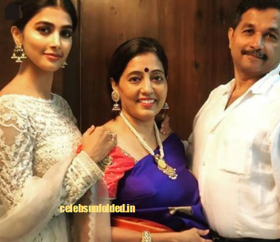 pooja-hegde-with-parents