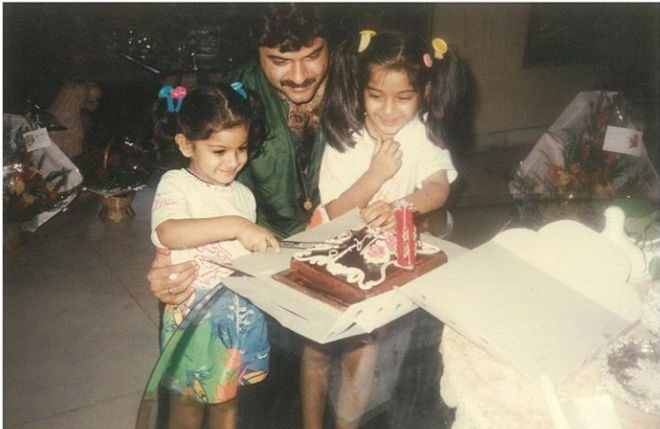 sonam-kapoor-with-her-father-in-childhood-pic