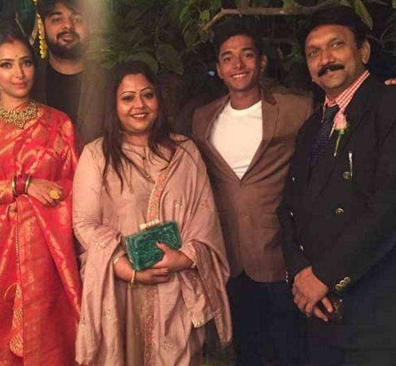 Shweta-basu-prasad-with-family