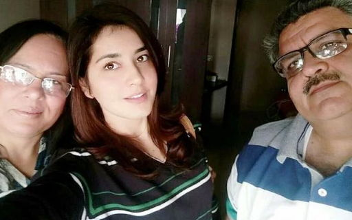 rashi-khanna-with-her-father-and-mother