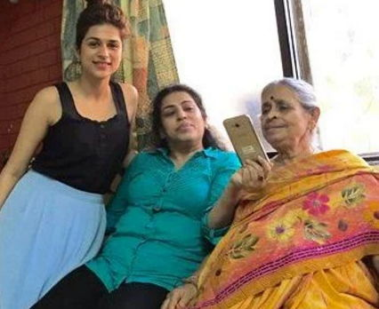 Shraddha-Das-with-family