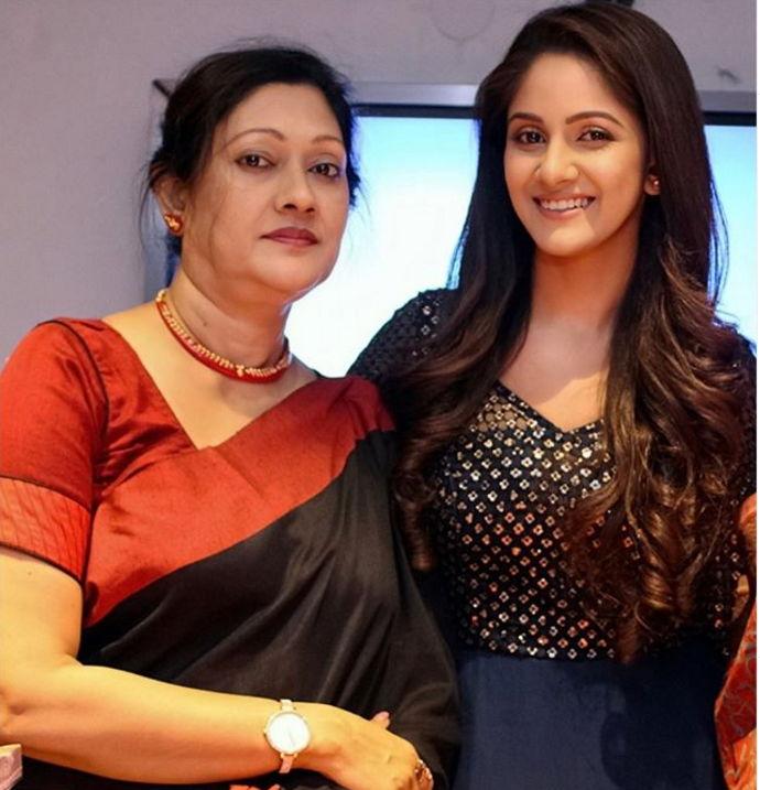 trina-saha-with-her-family