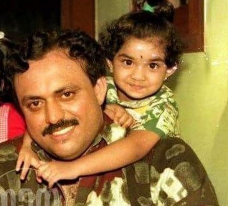 Keerthy-Suresh-with-her-family