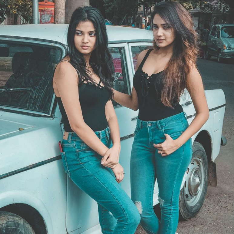 Ashi-singh-with-her-sister