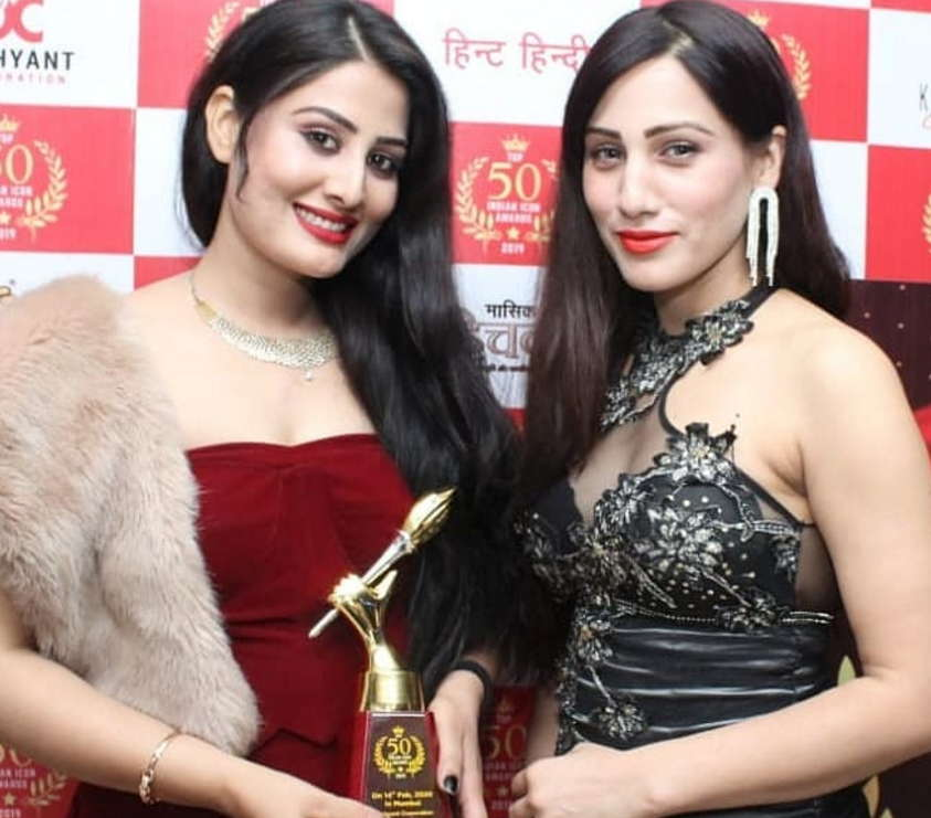 zohra-mughal-with-her-family-sister