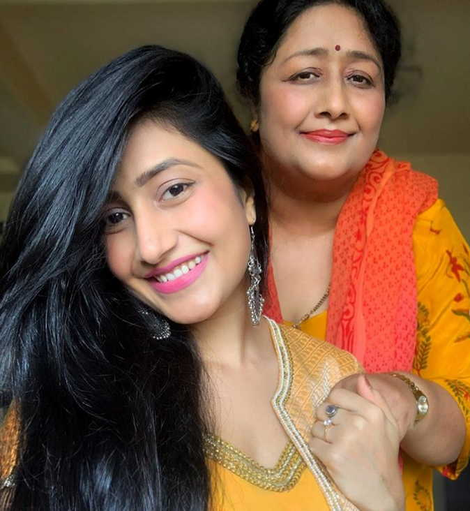dhanashree-verma-with-her-mother