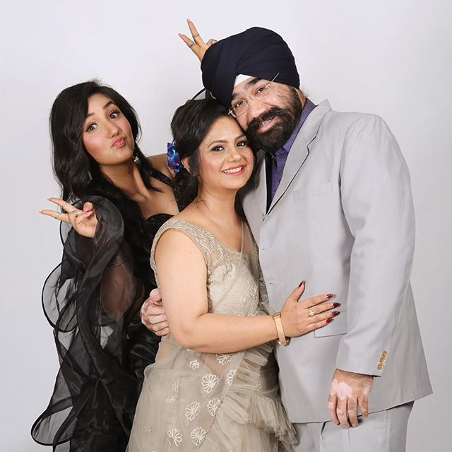 Ashnoor-kaur-with-her-family